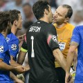juventus players surround referee