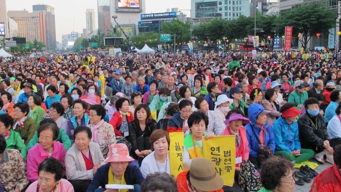 About 300,000 Buddhists packed the blocks in front of Seoul's main palace Friday to pray for peace and Korean reunification.