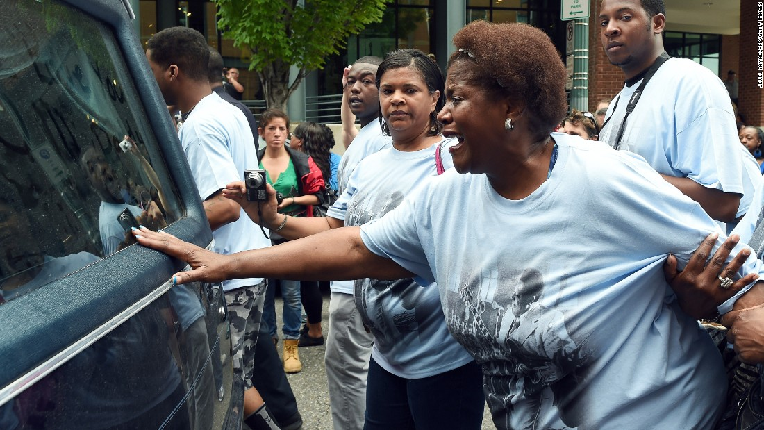 "Karen Williams, daughter of blues legend B.B. King, cries as the hearse carrying her late father passes by Wednesday, May 27, in Memphis, Tennessee. <a href=""http://www.cnn.com/2015/05/15/entertainment/bb-king-dead/index.html"" target=""_blank"">King died earlier this month</a> at the age of 89."