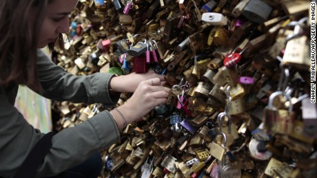 The tons of locks removed form Paris's bridges will be auctioned to help refugees. The unique sale will have around 150 pieces composed by the old padlocks.