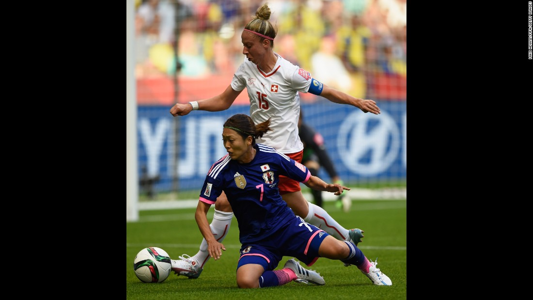 Kozue Ando of Japan, bottom, is challenged by Caroline Abbe of Switzerland.