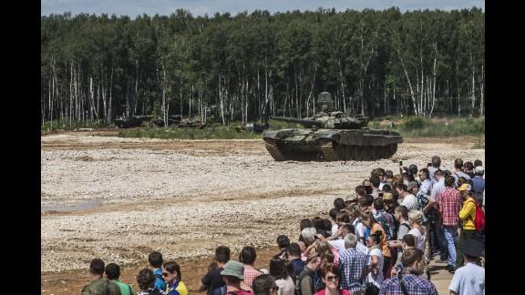 Dozens watch a Russian tank demonstration.