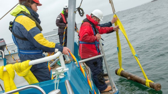 Divers have been helping recover relics from a Spanish Armada ship that wrecked off the west coast of Ireland more than 400 years ago.
