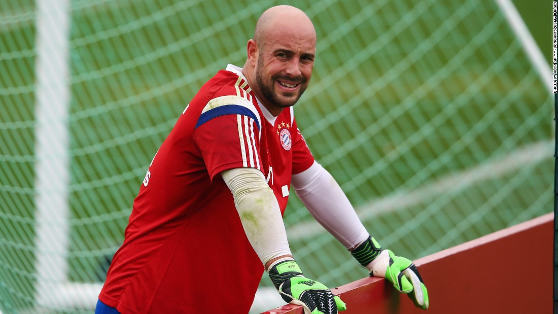 Spanish goalkeeper Pepe Reina has joined Italian club Napoli from German champions Bayern Munich. Reina had a previous loan spell in Naples during the 2013-14 season.