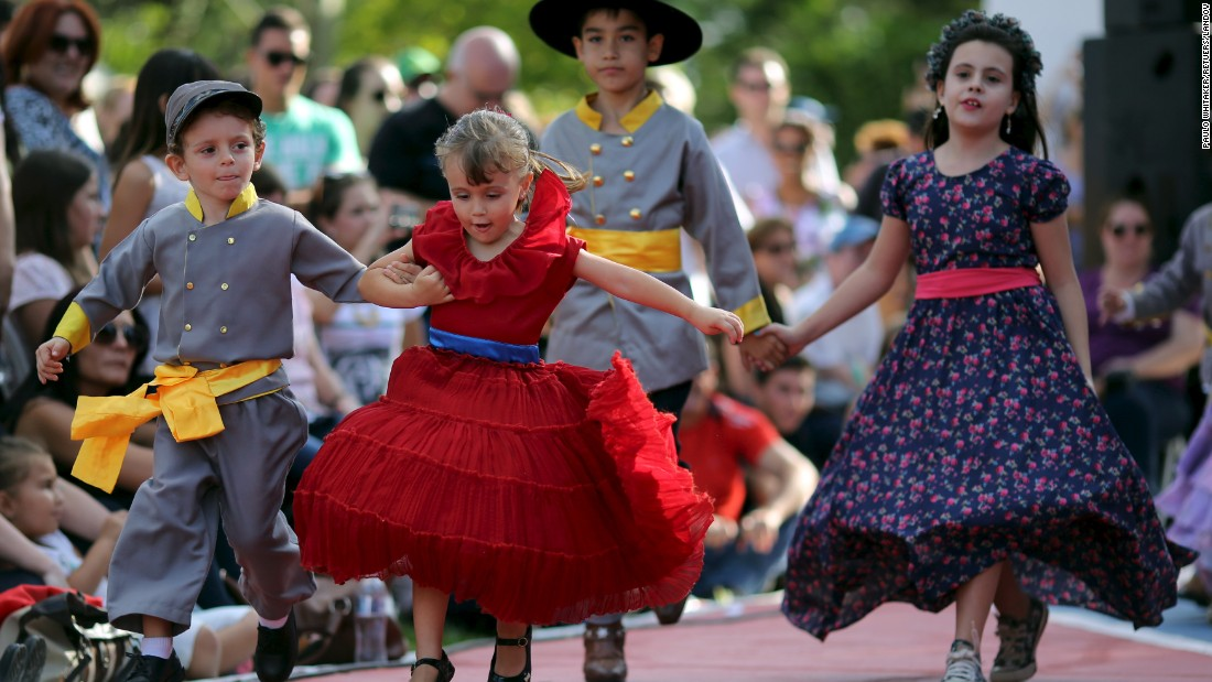 Children wearing Confederate-era-styled dresses and uniforms dance during the party.