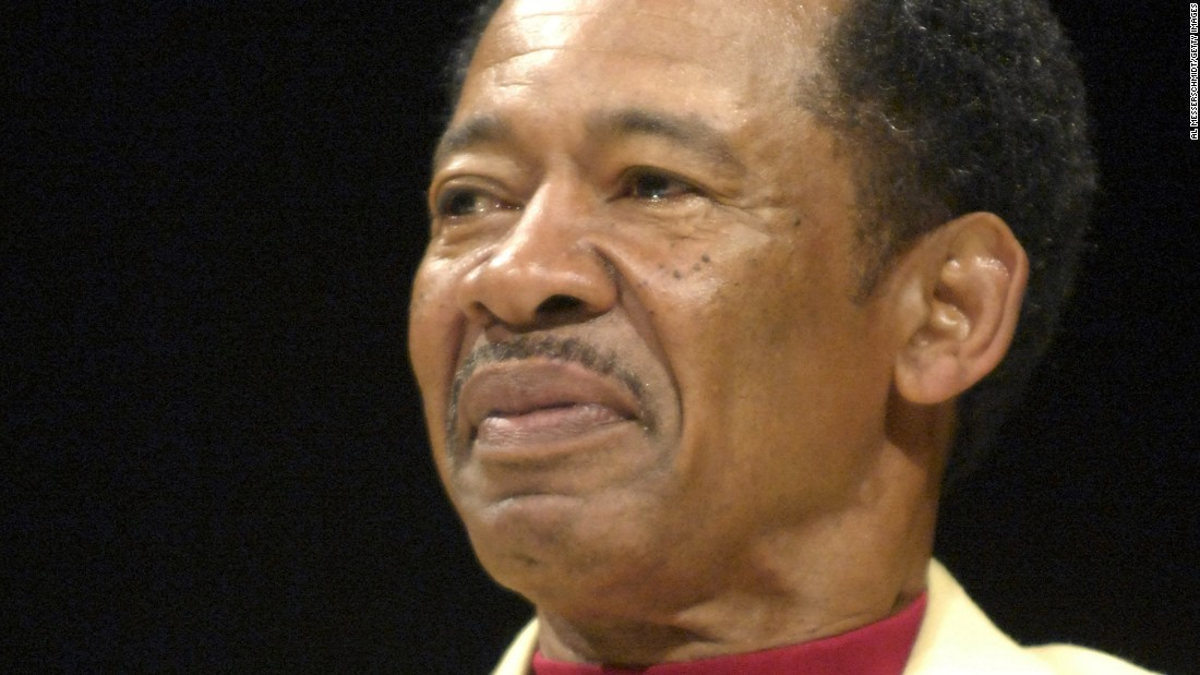 "Hall of Fame football player <a href=""http://bleacherreport.com/articles/2513425-charlie-sanders-hall-of-fame-tight-end-dies-at-age-68"" target=""_blank"">Charlie Sanders</a> died on July 2, eight months after being diagnosed with cancer. He was 68. Sanders spent all 10 of his NFL seasons with the Detroit Lions, emerging as one of the best tight ends of his era."