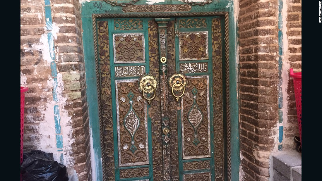 The door to the oldest and biggest mosque in town. A lot of the buildings have beautiful wooden doors with artistic carvings in them that are almost as old as the buildings themselves.
