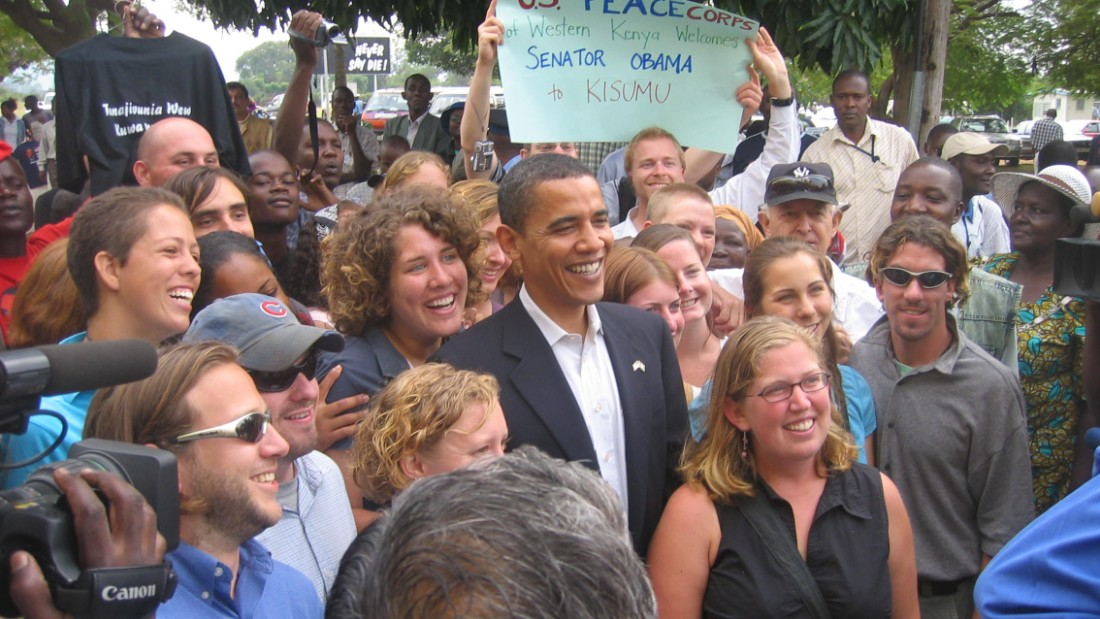Peace Corps volunteers from the United States were pleased to run into Obama in Kisumu, Kenya.