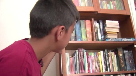 mailman gives donated books to boy dnt_00013320