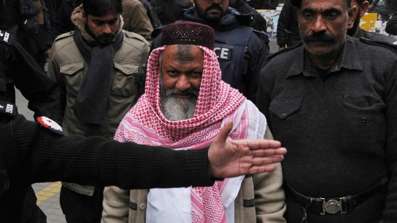 Police escort Lashkar-e-Jhangvi leader Malik Ishaq as he arrives at court in Lahore in 2014.