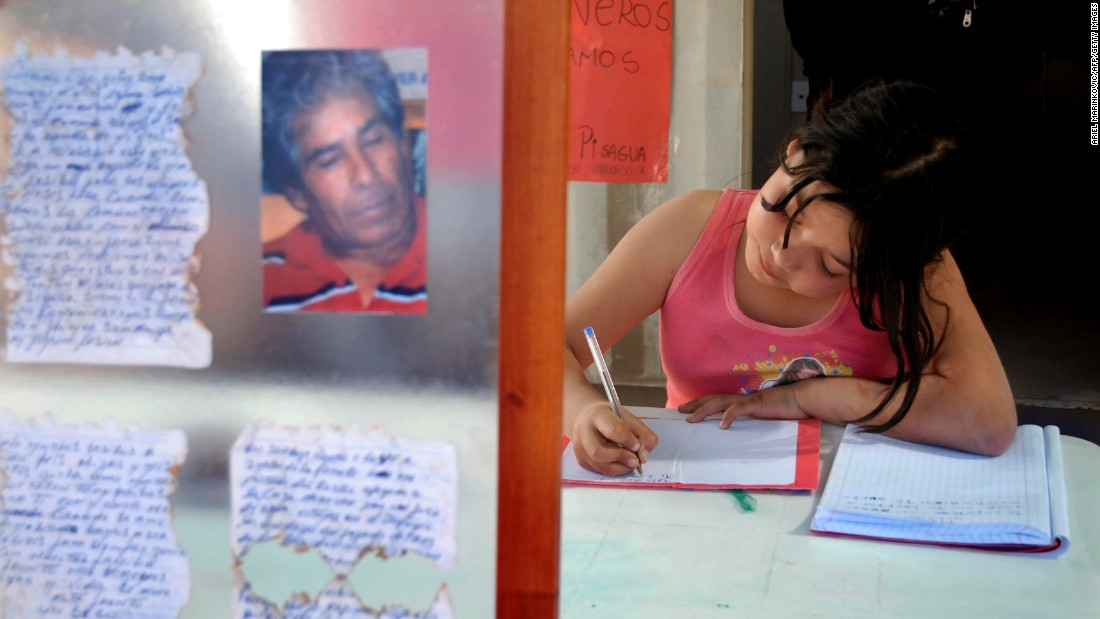 Marion Gallardo, the granddaughter of trapped miner Mario Gomez, writes a letter to her grandfather on August 25.