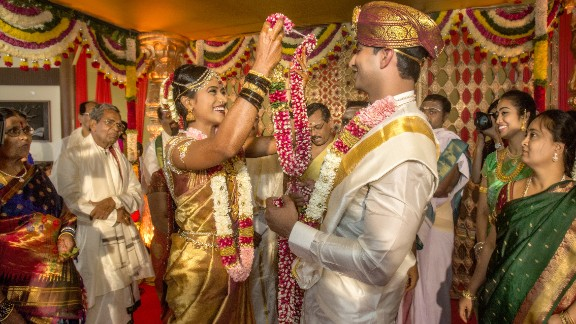 These days it is not only the bride who wears gold jewelry. Grooms are increasingly using gold to adorn their outfits.