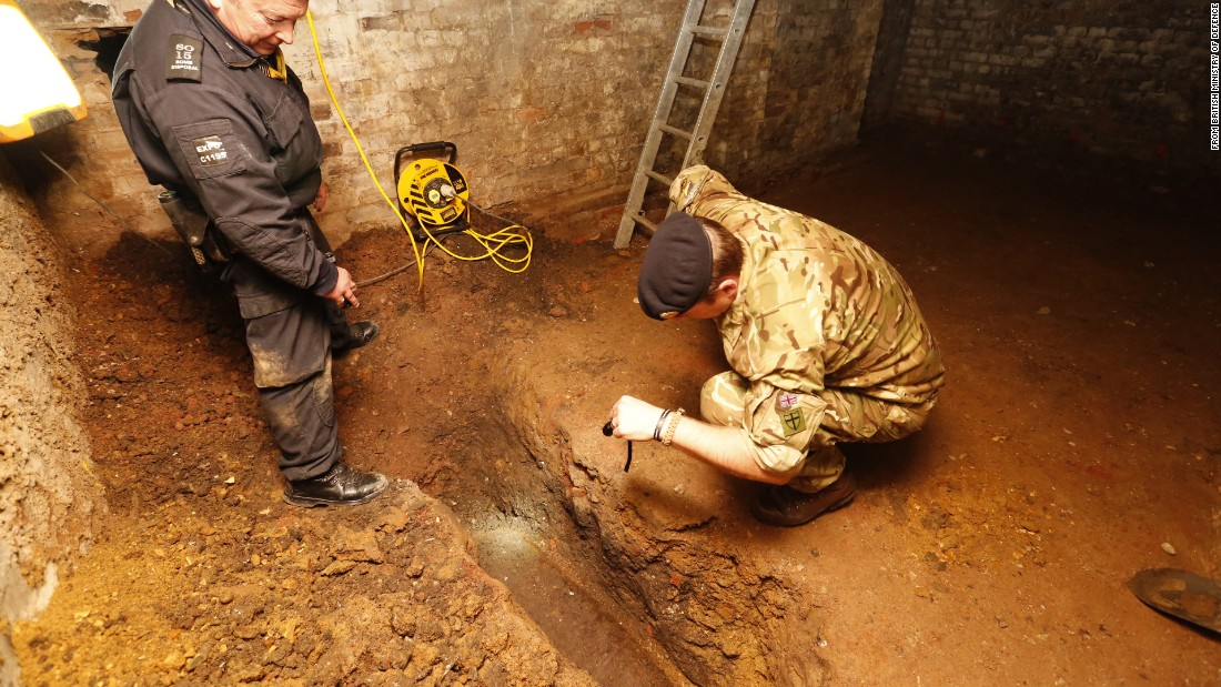Experts defuse WWII bomb in East London