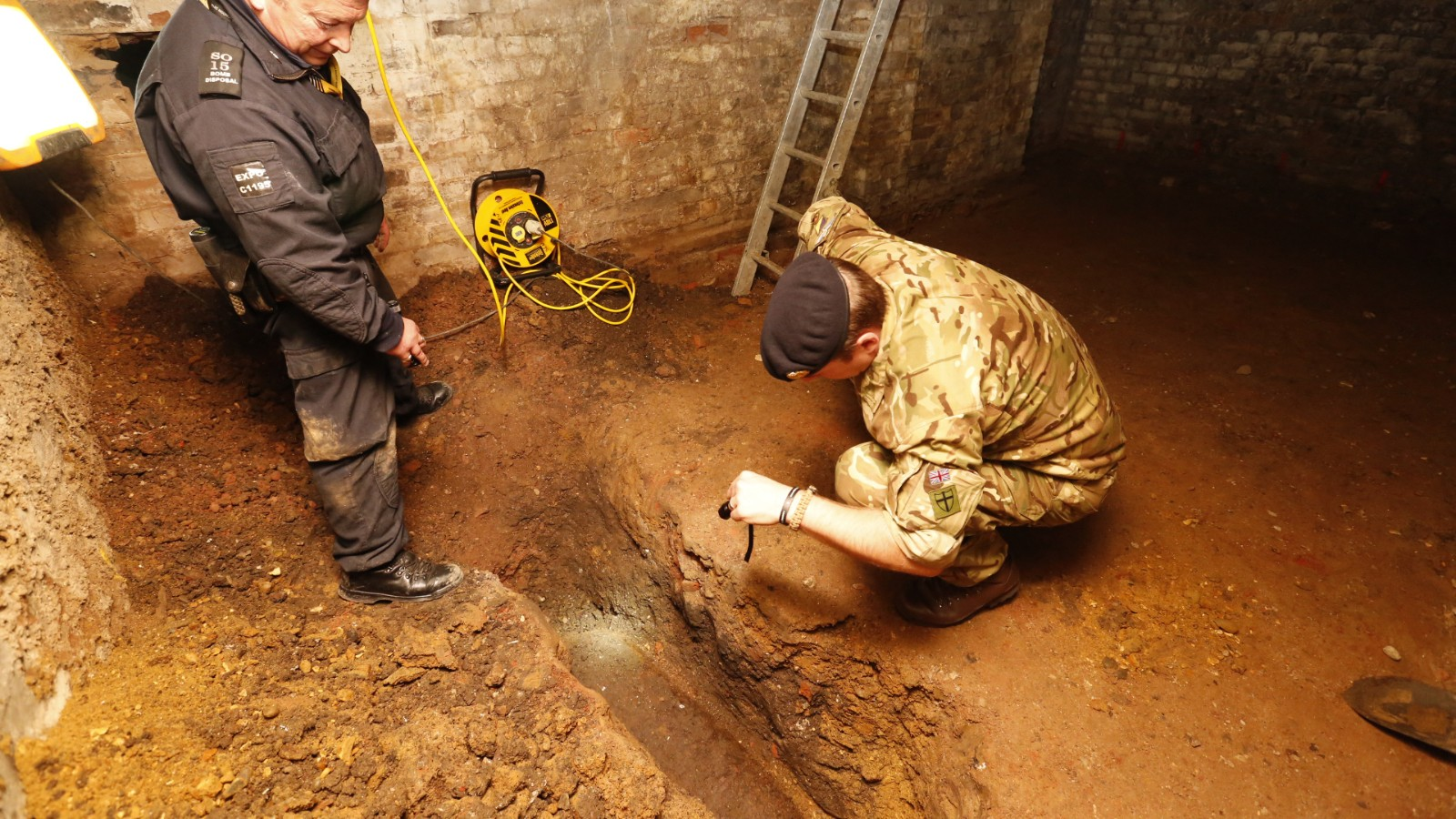 Experts defuse unexploded World War II bomb in London