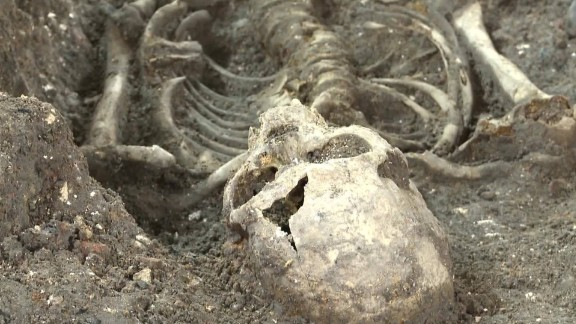 1665 plague mass grave unearthed in london pkg_00004606.jpg