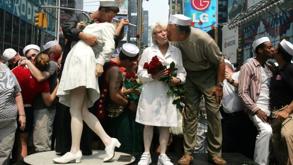 Carl Muscarello and Edith Shain -- among those who have claimed to be the nurse and sailor in the famous V-J Day photo -- kiss next to a sculpture based on the photo in Times Square on  August 14, 2005.  (Photo by Mario Tama/Getty Images)
