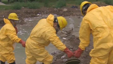 Hazmat crews struggle with toxic cleanup in Tianjin, China