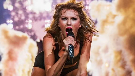 Taylor Swift Smelly Cat Lisa Kudrow orig dlewis_00004821.jpg