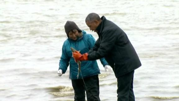 exp Obama fisherman salmon Alaska_00005906.jpg