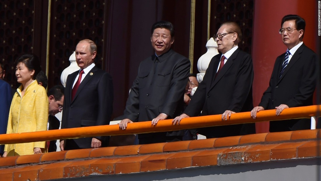 Chinese President Xi Jinping, in the middle, stands with (from left) South Korean President Park Geun-hye, Russian President Vladimir Putin, and former Chinese presidents Jiang Zemin and Hu Jintao.