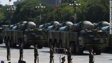 Des véhicules militaires transportant des missiles DF-21D sont exposés lors d'un défilé militaire sur la place Tiananmen à Pékin le 3 septembre 2015.