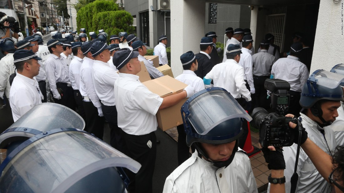 Police officers raid the headquarters of the Yamaguchi-gumi's splinter group, the Yamaken-gumi, on September 9, 2015 in Kobe, Japan.