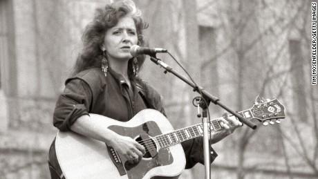 Bonnie Raitt, inducted 2000.