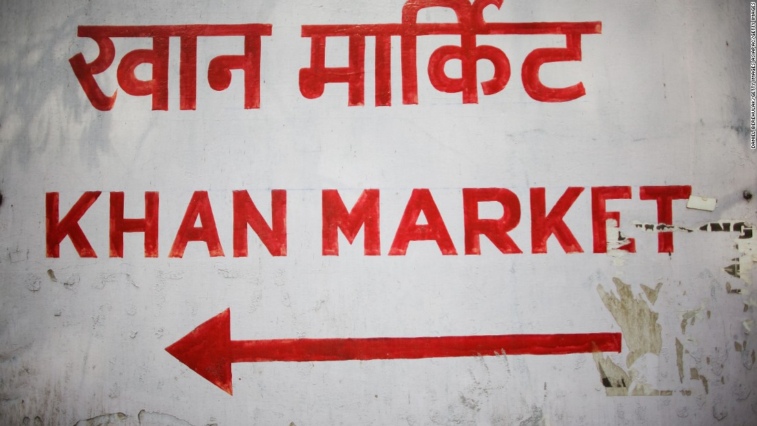 A sign points the way to Khan Market in both Hindi and English in New Delhi, India.