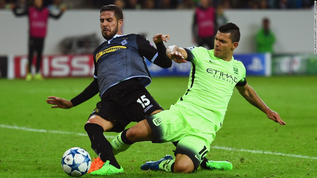 Sergio Ageuro scored a dramatic late penalty as Manchester City came from behind to defeat  Borussia Monchengladbach 2-1 in Germany. The home side, which had missed a first half penalty, took the lead through Lars Strindl. But Nicolas Otamendi equalized before Aguero's late strike.<br />