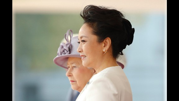 The Queen and Peng watch Xi inspect the guard of honor.
