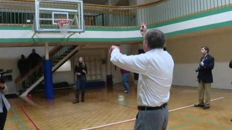 john kasich playing basketball new hampshire_00000827