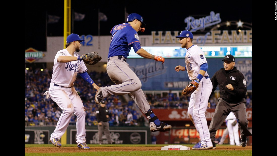Royals first baseman Eric Hosmer, left, tags out Mets shortstop Wilmer Flores.