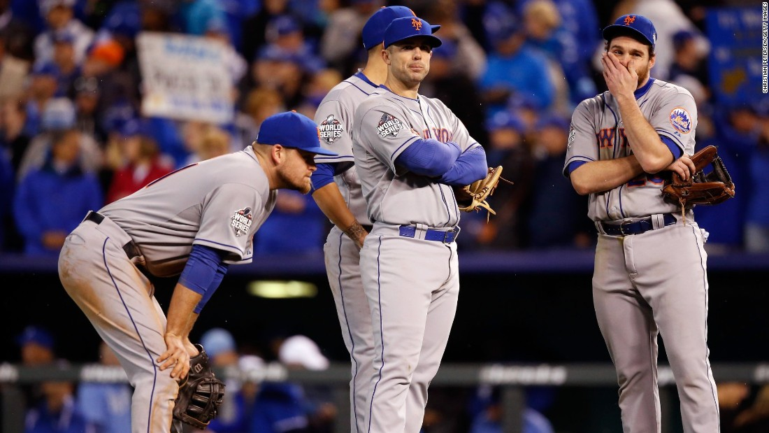 Mets David Wright, center, and Daniel Murphy, right, react in the eighth inning against the Kansas City Royals.