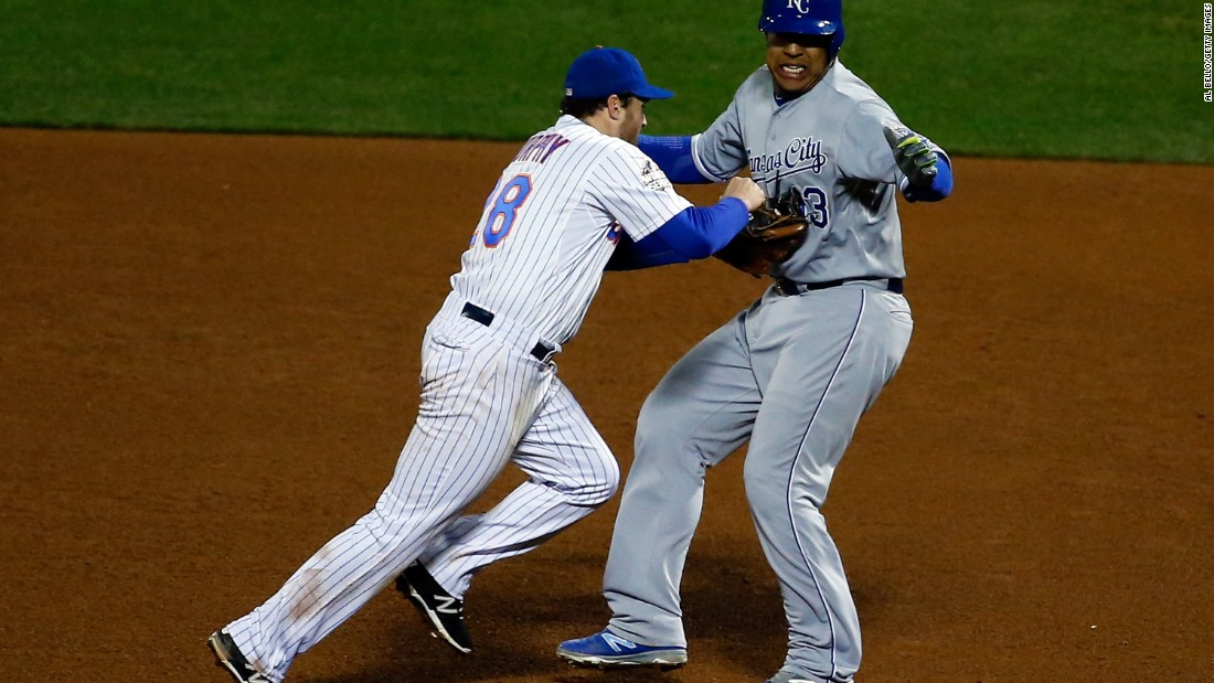 Daniel Murphy of the Mets tags Salvador Perez of the Royals before completing a double play in the eighth inning.