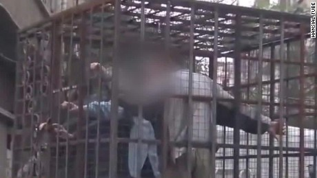 Syrian rebels use caged soldiers as human shields