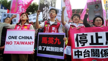 Protesters shout slogans with placards opposing the planned meeting of Taiwan's President Ma Ying-jeou with his China counterpart Xi Jinping in Taipei, Wednesday, Nov. 4, 2015.