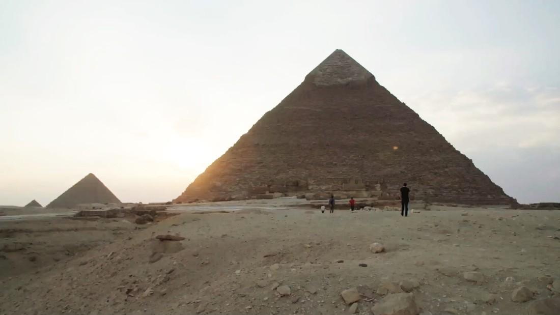 Egipto investiga a una pareja desnuda en la cima de la pirámide de Khufu