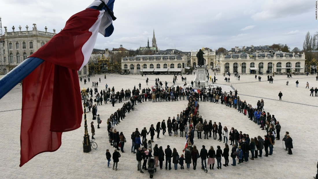 A human chain of 300 people formed the symbol of peace on the Place Stanislas in honor of the 128 victims and 300 injured.