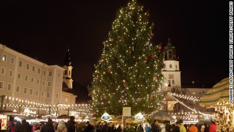 SALZBURG, AUSTRIA - NOVEMBER 28:  Visitors walk among stalls at the annual Christmas market at Mozartplatz on its opening day on November 28, 2015 in Salzburg, Austria.  (Photo by Johannes Simon/Getty Images)