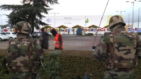 cnnee pkg cop paris security_00012103