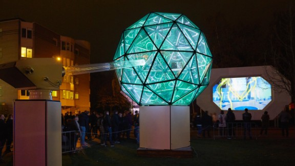 One of the highlights of GLOW Eindhoven is the Luminarie de Cagna, created by a family of artists. The team behind it is led by Italian artist Cesario De Cagna and his three sons.