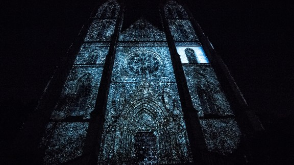 The Evoluce artwork is the brainchild of Onionlab, a multidisciplinary studio based in Barcelona. The projected display is created using 3D projection mapping techniques.