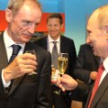 Valdimir Putin and Jean-Claude Killy share a drink