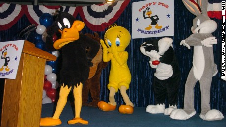 Daffy Duck makes a 2004 publicity appearance, joined by Tweety, Sylvester and Bugs Bunny.