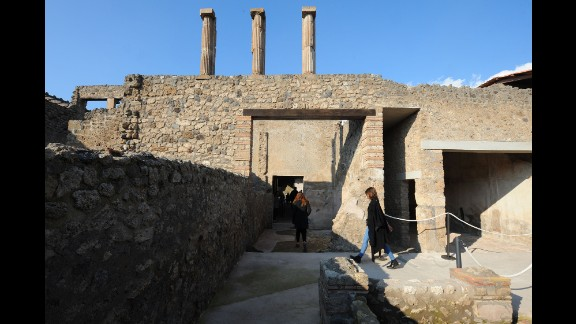 People explore the Fullonica Stephanus Domus.