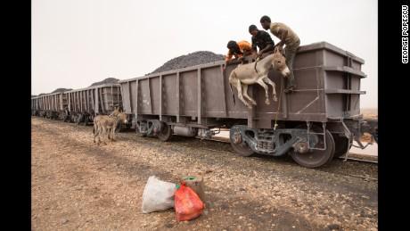 The \'normal train\' that crosses the Sahara - CNN
