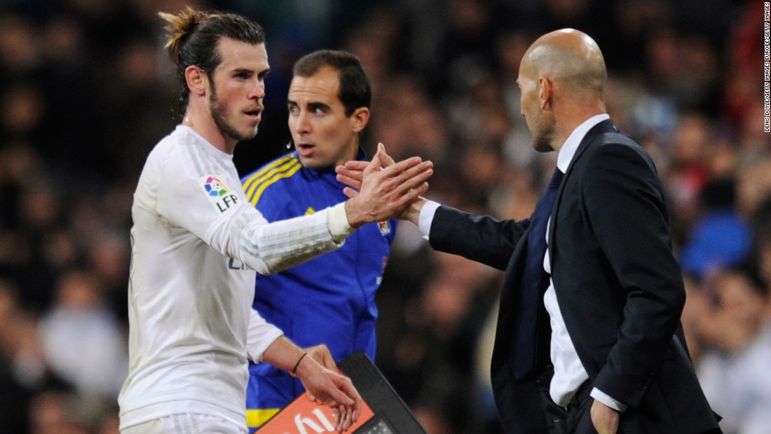 Zidane (R) shakes hand with Bale as he leaves the field.