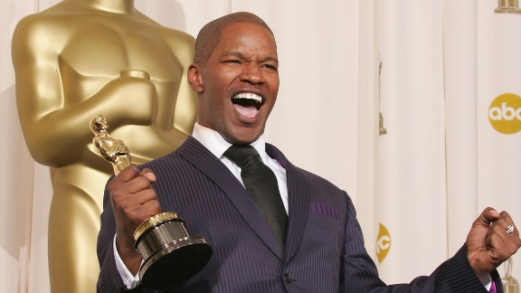 "HOLLYWOOD - FEBRUARY 27:  Actor Jamie Foxx with his award for ""Best Actor in a Leading Role"" for ""Ray"" poses backstage during the 77th Annual Academy Awards on February 27, 2005 at the Kodak Theater in Hollywood, California. (Photo by Carlo Allegri/Getty Images)"
