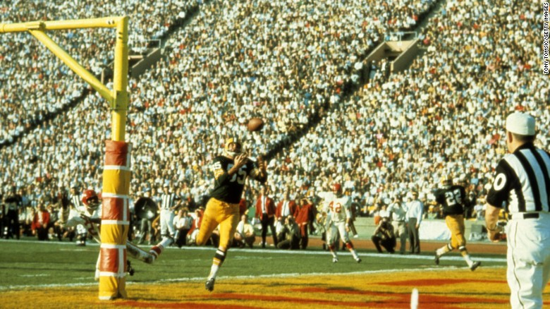 LOS ANGELES - JANUARY 15, 1967:  Wide receiver Max McGee #85 of the Green Bay Packers catches the first touchdown pass of Super Bowl I on January 15, 1967 against the Kansas City Chiefs at the Los Angeles Memorial Coliseum in Los Angeles, California. (Photo Tony Tomsic/Getty Images)