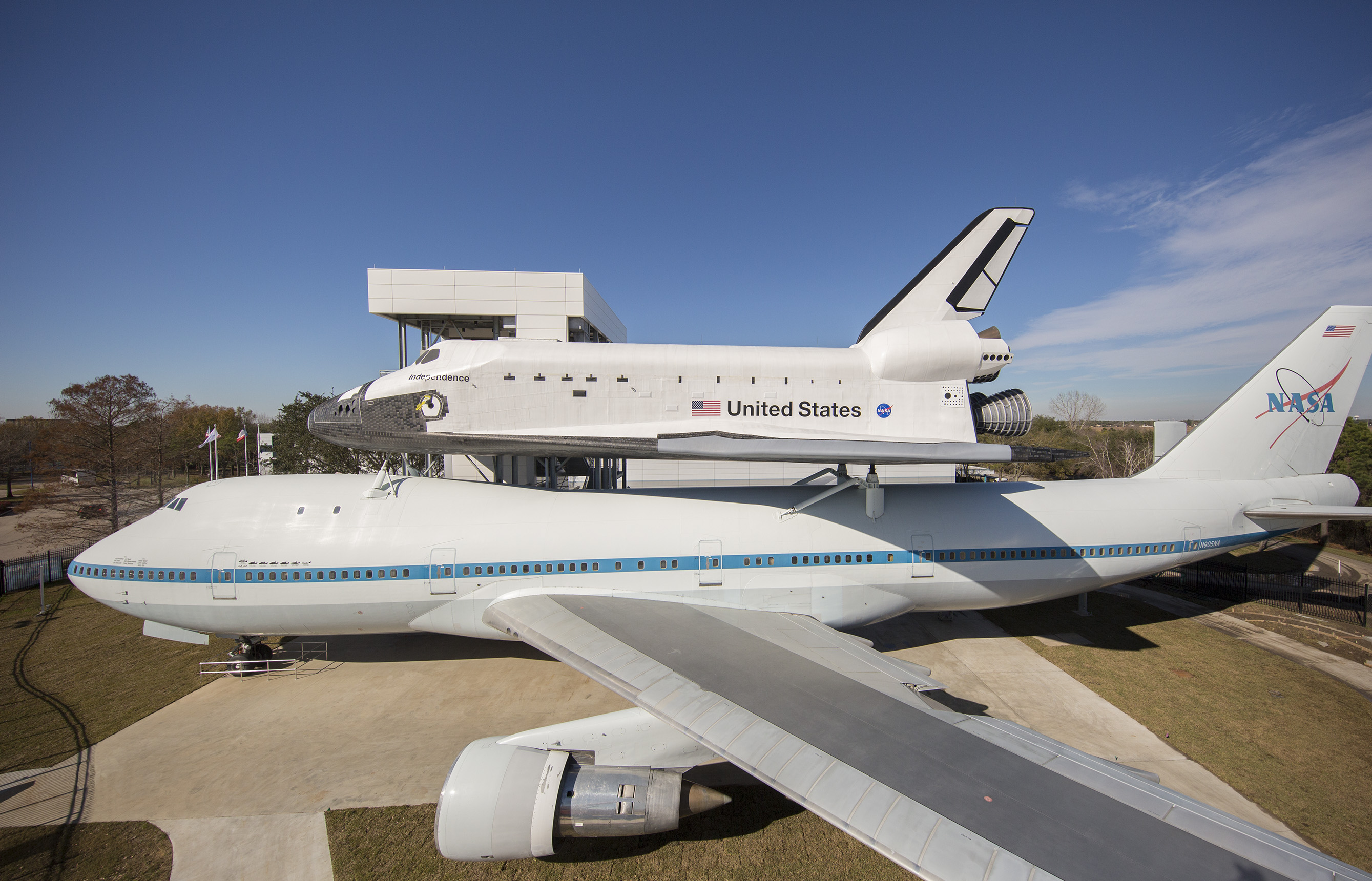 https://cdn.cnn.com/cnnnext/dam/assets/160122104019-02-shuttle-747-shuttle747-z3c-0198-med.jpg